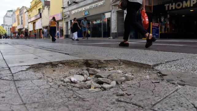 Elocuente. El tramo de la peatonal que va desde Mendoza hasta Rioja luce deteriorado.