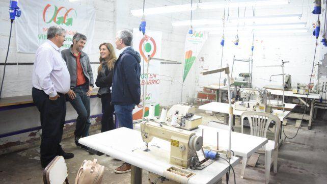 Recorrida. El intendente Alberto Ricci y los funcionarios provinciales visitaron las instalaciones de la antigua textil Arco Iris que serán refaccionadas.
