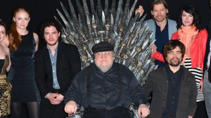 Continuación. Martin en el Trono de Hierro junto a parte de elenco.