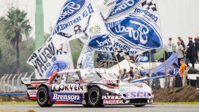 El mejor. Rossi pasa ante la hinchada de Ford