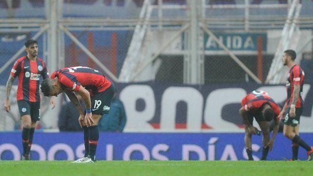 Los picó el bicho. Botta y Martínez (atrás) sufren la eliminación de San Lorenzo.