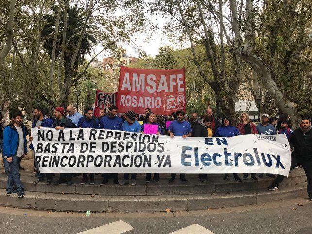 Los trabajadores de Electrolux marcharon por la ciudad para decir basta de despidos y no a la represión.