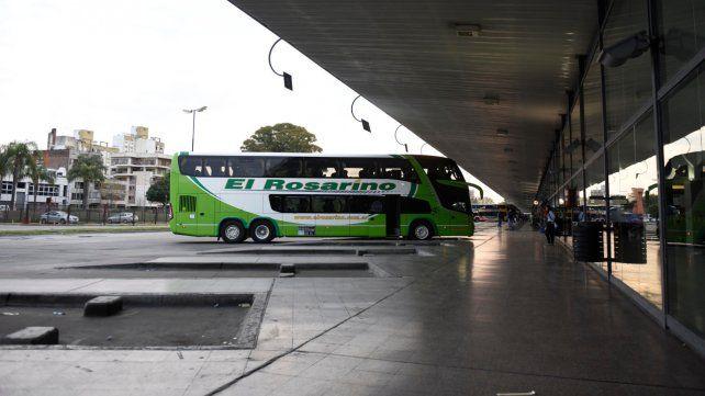 Poco movimiento. Las plataformas de la Terminal de Omnibus plasman postales de desolación. Los pasajeros y micros cada vez son menos.