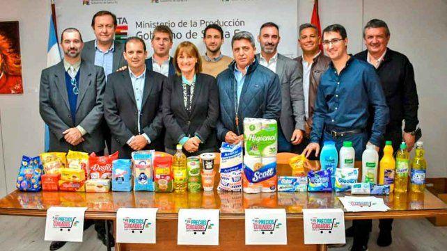 A cuidar el bolsillo. Funcionarios y empresarios durante la presentación de los productos de la canasta de ofertas vigentes en mayo.