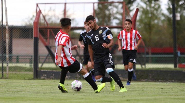En casa. El rojinegro Sosa jugó un amistoso con la selección Sub 15 en Bella Vista.