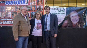 Sonia, su marido y su hijo Adrián, esta mañana frente al Centro de Justicia Penal.