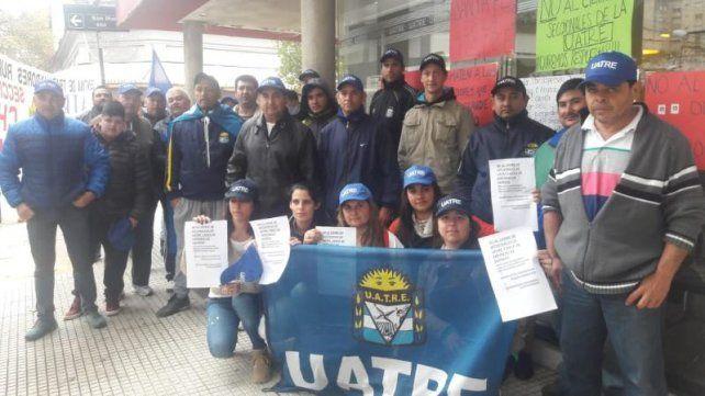 Protesta de peones rurales porque su propio gremio quiere cerrar 16 delegaciones