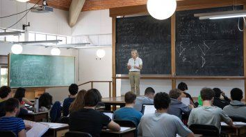 Estoy tratando de derribar ese mito de que las mujeres tienen una mentalidad orientada al cuidado de los chicos, dice la física, que dicta clases en el Instituto Balseiro.