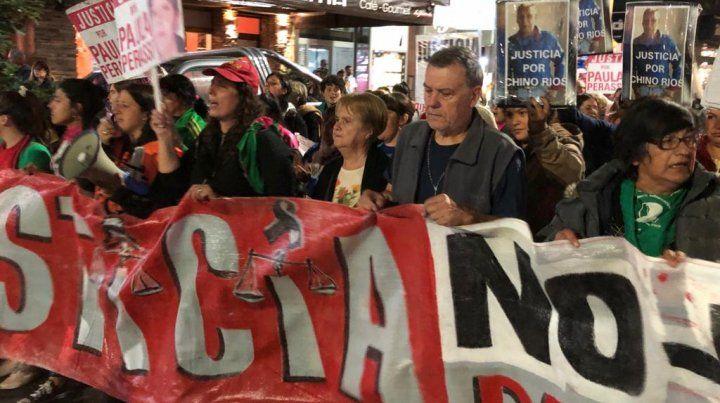 Alicia y Alberto Perassi encabezan la nutrida marcha para pedir justicia por su hija Paula