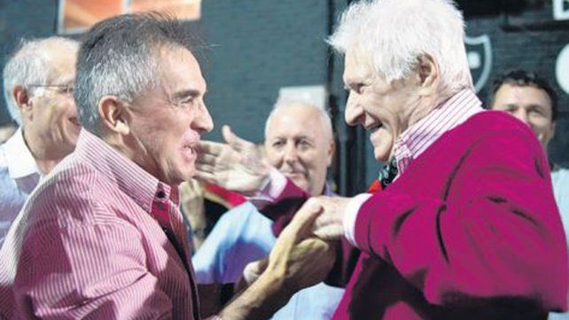 Hace un año. Roque Raúl Alfaro saludó a Jorge Griffa en un homenaje en el club.