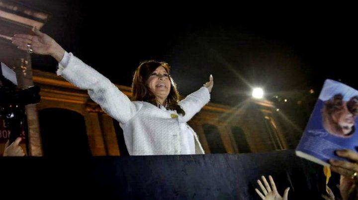 Cristina volvió a escena cantando bajo la lluvia