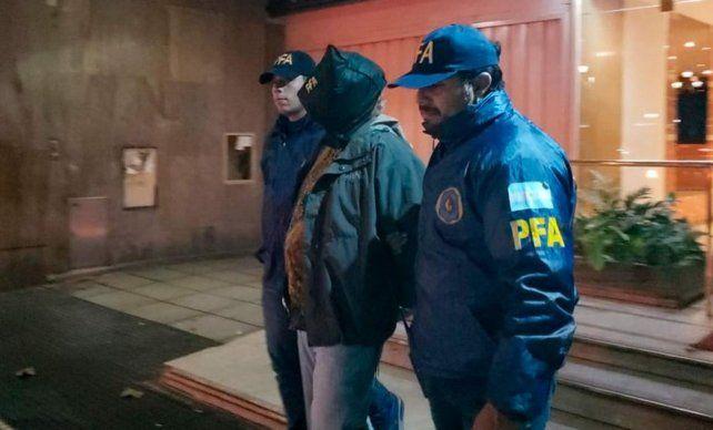 El sospehoso fue detenido en un edificio ubicado en la avenida Rivadavia al 1611