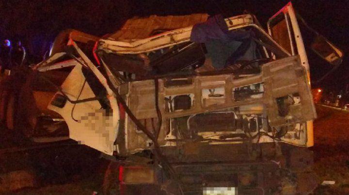 El camión quedó totalmente destruido al volcar