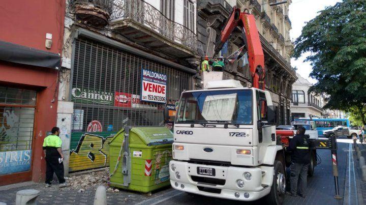 Trabajos en un antiguo edificio en peligro de derrumbe en el microcentro
