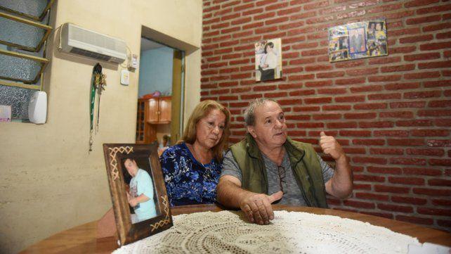 Sin consuelo. Susana y Roberto Serra con una imagen de su hijo asesinado. Sólo buscan justicia.