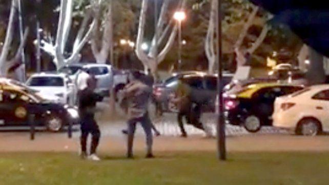La agresión. El video del tiroteo y las corridas se viralizó por las redes sociales.