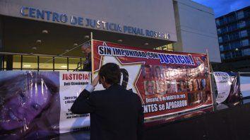 Reclamo. El juicio se inició el miércoles pasado, desde entonces la fachada del Centro de Justicia Penal exhibe el pedido de justicia por las víctimas.