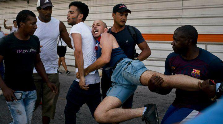 Resistencia. Un manifestante es llevado preso por varios policías.