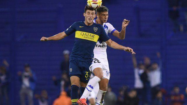 Friccionado. El xeneize Capaldo pelea arriba con el velezano Nico Domínguez.