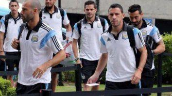 Fiera albiceleste. Maxi Rodríguez al frente, detrás Fernando Gago y Ezequiel Lavezzi, en el Mundial de Brasil 2014.