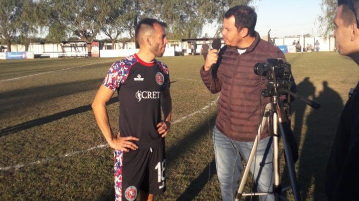 En foco. Delgado es entrevistado luego del partido. No pasó desapercibido para los 1.500 hinchas.