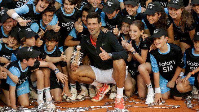 Con los chicos. Nole celebra junto a los ball boys del torneo de la capital española.