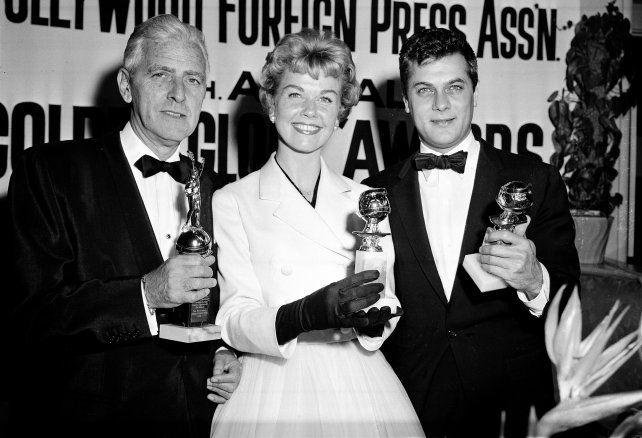 Doris Day junto a Tony Curtis, posan con sus premios a la mejor actriz y actor presentados por la Hollywood Foreign Press, el 26 de febrero de 1958.