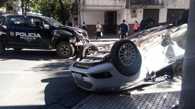 Una camioneta policial chocó un auto y lo hizo volcar