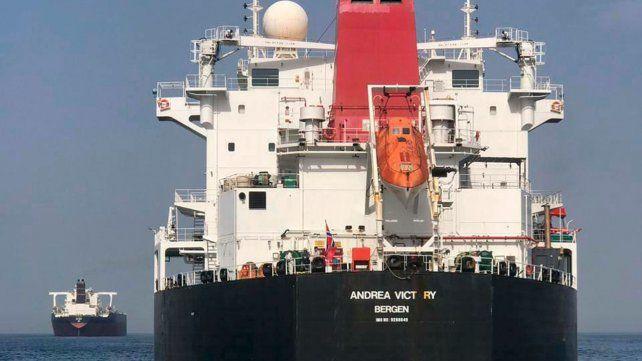 Tocado. El petrolero noruego Andrea Victory tuvo daños en la popa.