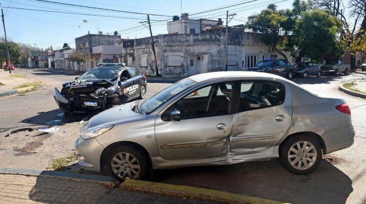 Benito Juárez y Sarmiento. Un patrullero chocó ayer a un Peugeot 207.