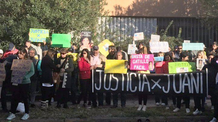 Se hicieron ver. Familiares y allegados a la víctima estuvieron frente a los Tribunales de San Lorenzo.