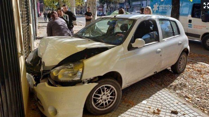 Se subió a la vereda y terminó estrellando su auto contra un local