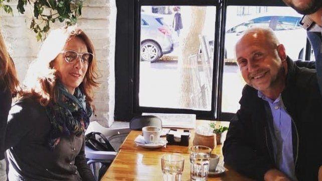 Café y sonrisas. Bielsa y Perotti dieron muestras de unidad con una foto en un bar del macrocentro rosarino.