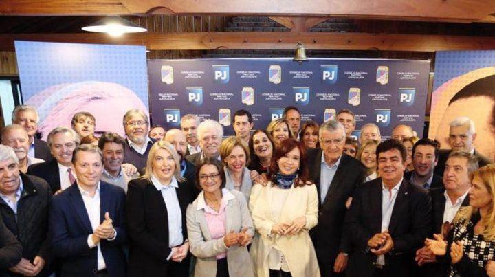Sorpresa. La ex presidenta con dirigentes de variada extracción en el PJ. Pidió conformar una coalición amplia.
