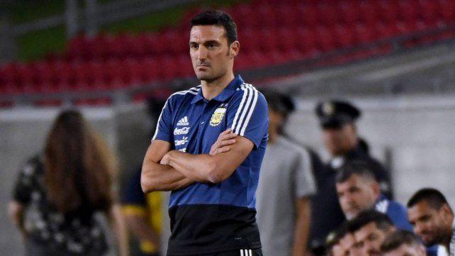Piensa. El entrenador argentino Lionel Scaloni duda sobre todo con algunos históricos de la selección para llevar a Brasil.