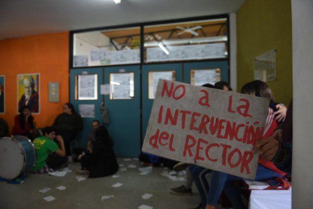 Estudiantes tomaron la Facultad de Psicología e impidieron la elección del decano