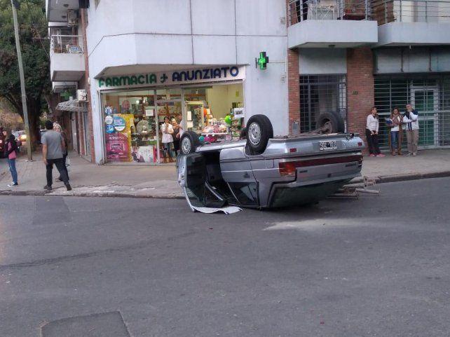 El Renault 11 quedó volcado.
