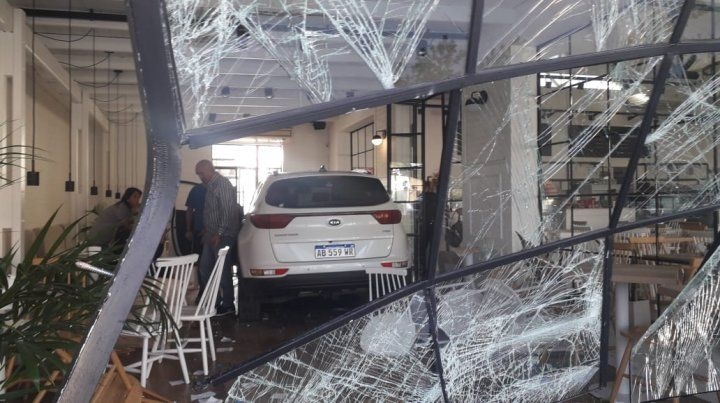 El vehículo tiró la fachada vidriada y se llevó puesto varias mesas del local. (Foto: @emergenciasAR)