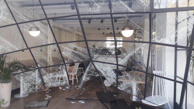 El vehículo tiró la fachada vidriada y se llevó puesto varias mesas del local. (Foto: gentileza InfoFunes)