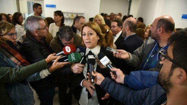 La intendenta Fein habla con los periodistas en la inauguración de la Guardia del Hospital Carrasco