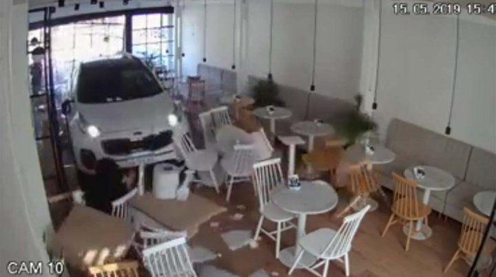 Impactante video de un un auto que se metió en una panadería