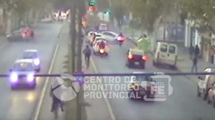 El conductor de una moto voló por los aires al ser embestido por un auto