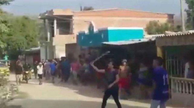 Una batalla campal se desató en el barrio Oasis de la localidad colombiana de Magdalena.