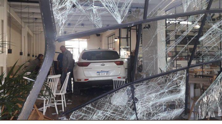 Un auto embistió la vidriera de un local y se metió adentro entero