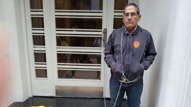 El vicepresidente de Sarmiento de Resistencia se encadenado en AFA