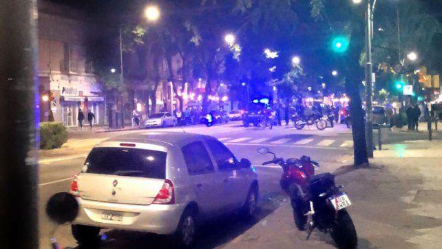 Conmoción en Pellegrini y Maipú tras el ataque a un chico de 18 años.
