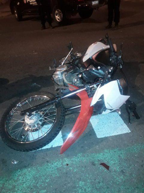 La moto en la que iban los sospechosos.