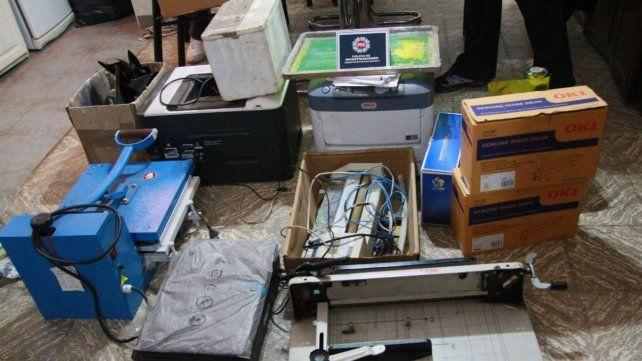 Buscaban a un asesino prófugo y encontraron una fábrica de billetes falsos