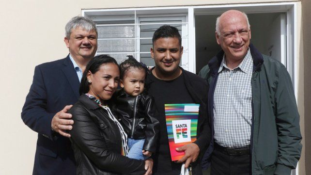 Bonfatti en un acto de entrega de viviendas en Villa Gobernador Gálvez.