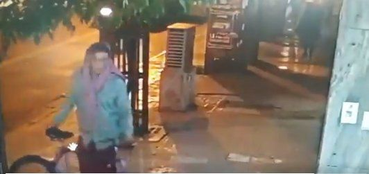 Un joven robó una bicicleta a la vista de todos y quedó filmado